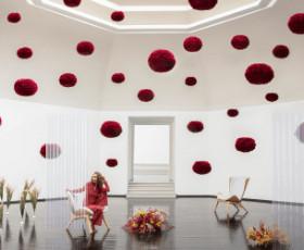 Salón decorado con lámparas